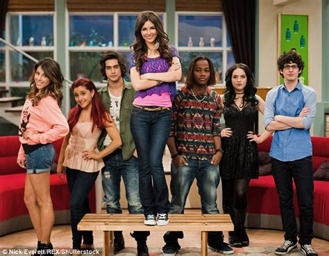 Ariana Grande reunites with Victorious cast to celebrate